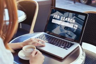 Frau sucht am Laptop nach einem Job