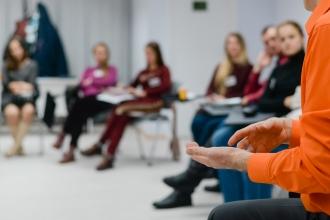 besetzter Stuhlkreis in einem Seminar