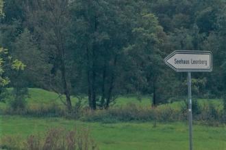 Grüne Landschaft mit Wegweiser Seehaus Leonberg